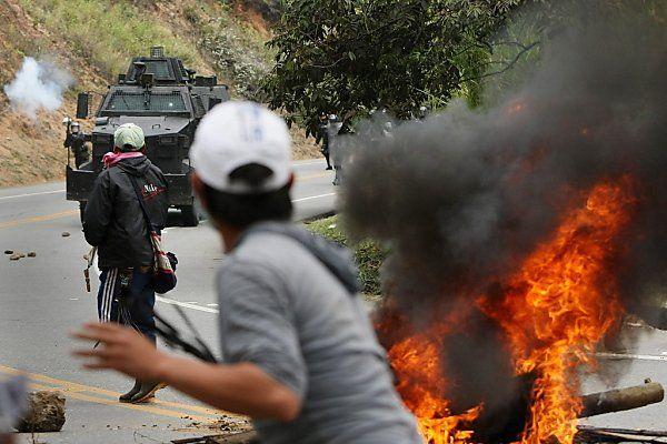 Indios warfen Steine auf Polizisten