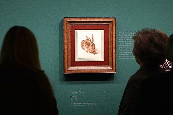 """Ausstellungsbesucher am Donnerstag, 13. März 2014, vor dem Bild """"Feldhase, 1502"""" von Albrecht Dürer"""