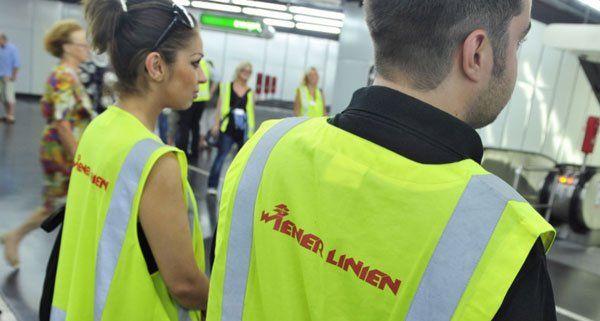 Mitarbeiter der Wiener Linien bei einer Fahrkartenkontrolle in einer U-Bahnstation.