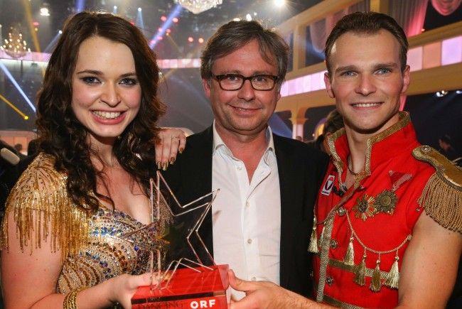 Die strahlende Siegerin Roxanne Rapp mit ORF-Generaldirektor Alexander Wrabetz und Tanzpartner Vadim Garbuzov