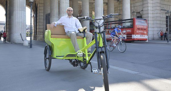 Georg Bacher und sein Fahrradtaxi am Wiener Heldenplatz.