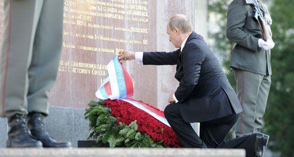 Wladimir Putin bei der Kranzniederlegung am Dienstag.