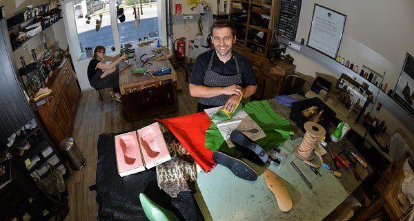 Gerhard Wieser fertigt jeden Monat zwölf Paar Maßschuhe an.