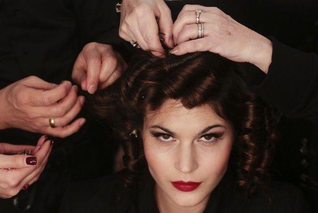 Make-Up-Trends: Dramatische Augen und knallroter Lippenstift war bei Designerin Lena Hoschek am Laufsteg zu sehen.
