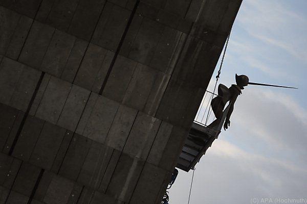 Skulptur übergibt sich von Museumsbalkon