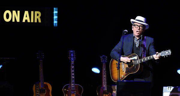 Elvis Costello auf der Bühne im Burgtheater.