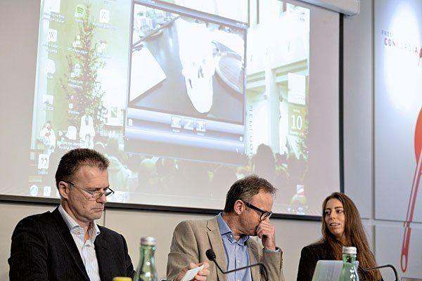 Anwältin Maria Zehetbauer (r.) und zwei der verurteilten WEGA-Polizisten bei einer Pressekonferenz zum Fall Bakary J. am Montag