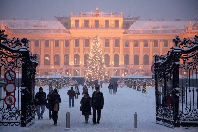 Der Weihnachts- und Adventmarkt vor dem Schloss Schönbrunn eröffnet am 18. November 2017.