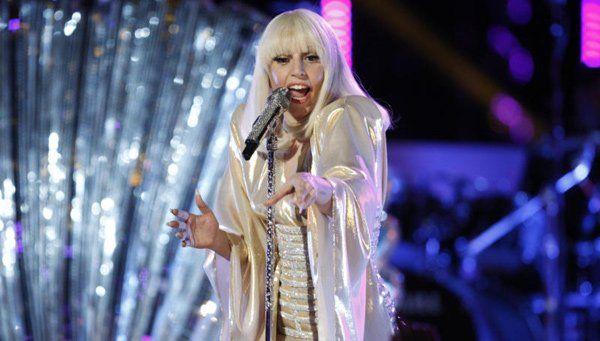 Schrill-verrückt, aber auch nachdenklich präsentierte sich Lady Gaga live.
