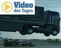 Lkw springt über Formel-1-Bolide