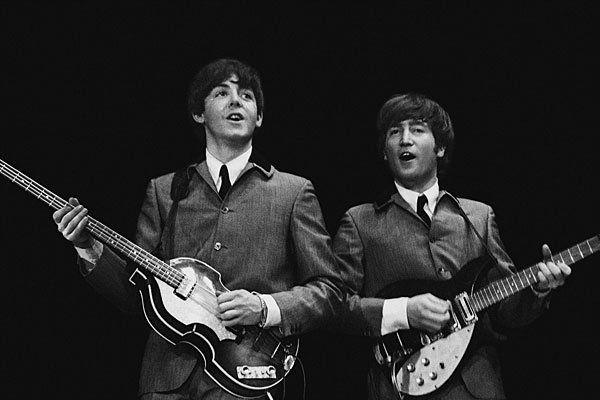 Die Show begibt sich auf die Spuren des Beatles-Originals: Im Bild Paul McCartney (links) und John Lennon