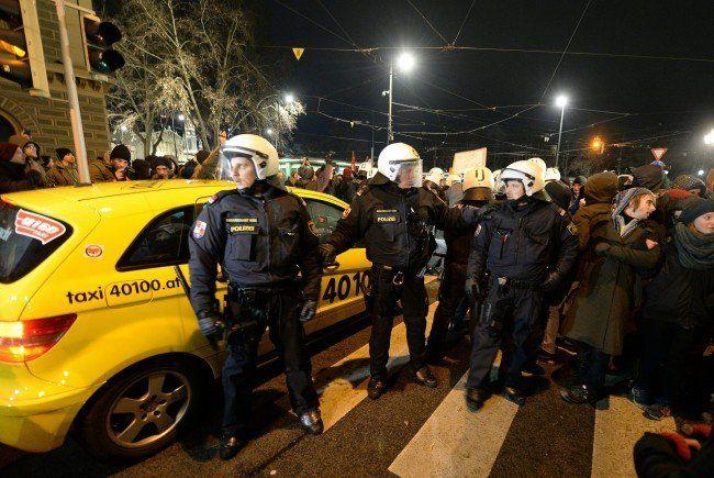 Ausschreitungen bei Akademikerball Demo beim Volkstheater: Ein polizist wurde verletzt abtransportiert.
