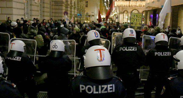 Sechs Polizisten wurden bei den Demos verletzt.