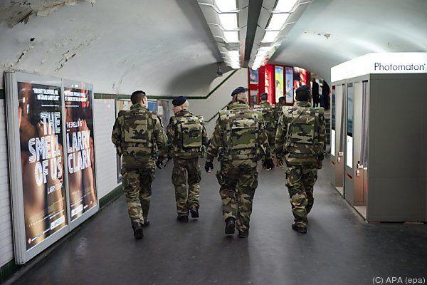 Soldaten in der Pariser Metro