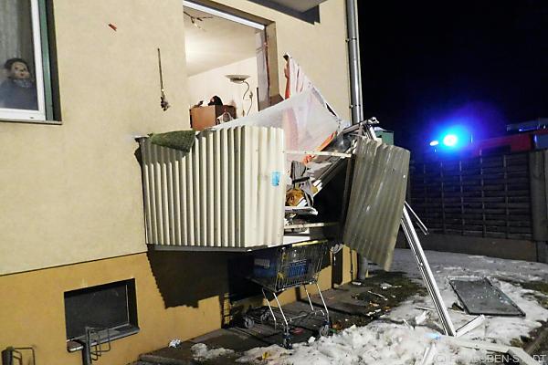 Bei dem Unglück wurde die Balkontüre aus der Mauer gerissen