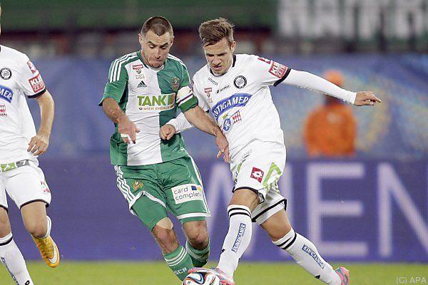 Steffen Hofmann in Aktion gegen Daniel Offenbacher (rechts)