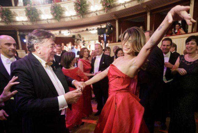 Ein wenig zu schwungvoll tanzten Canalis und Lugner.