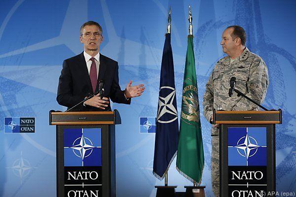 NATO-Generalsekretär Stoltenberg (l.) befürchtet neue Offensive