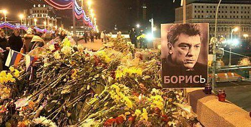 Unbekannte räumten Blumen am Tatort des Nemzow-Mordes weg