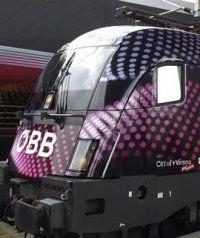 Zwei ÖBB-Loks im ESC-Design unterwegs