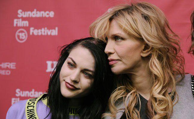 """Frances Bean Cobain mit Mutter Courtney Love bei der """"Cobain: Montage of Heck"""" Premiere."""