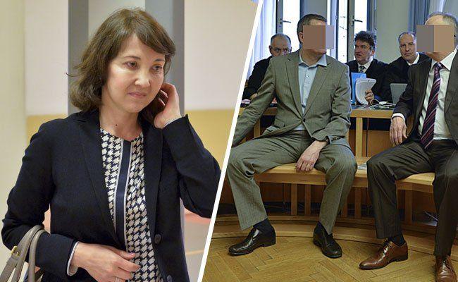 Sjholpan Khasenova (l.), die Witwe eines der getöteten Nurbank-Manager
