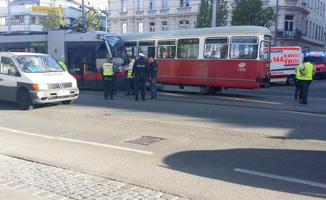 Bei dem Bim-Unfall wurden mehrere Fahrgäste leicht verletzt.