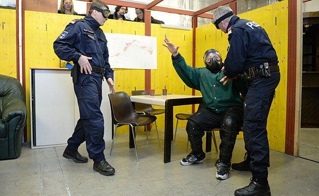 Polizisten bei der Präsentation eines Einsatztrainings am Donnerstag in Wien