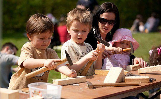 Kinder haben Spaß beim Frühlingsfest im Lainzer Tiergarten