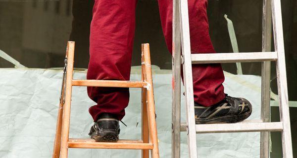 Ein Arbeiter stürzte in der Innenstadt von einer Leiter und starb