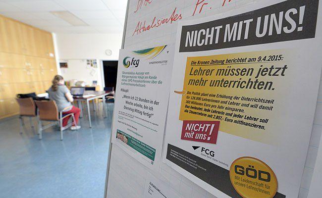 Die Lehrer-Vertreter in der Gewerkschaft Öffentlicher Dienst (GÖD) protestieren per Plakat gegen die geplante Erhöhung der Unterrichtszeit - hier das Plakat