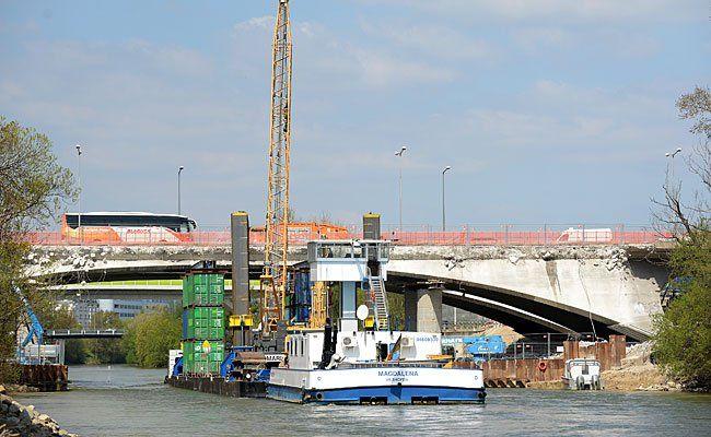 Das Abbruch-Schiff das im Rahmen der Sanierung des Knoten Prater am Donaukanal in Wien zum Einsatz kommt