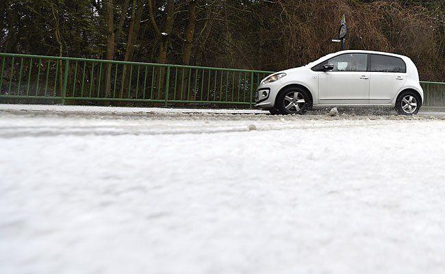 """Auf der schneebedeckten Höhenstraße in Wien tobte Sturmtief """"Niklas"""" zum Leidwesen der Autofahrer"""