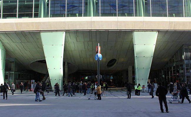 """Vor dem Einkaufszentrum """"The Mall"""" in Wien-Mitte kam es zu einem Polizeieinsatz"""