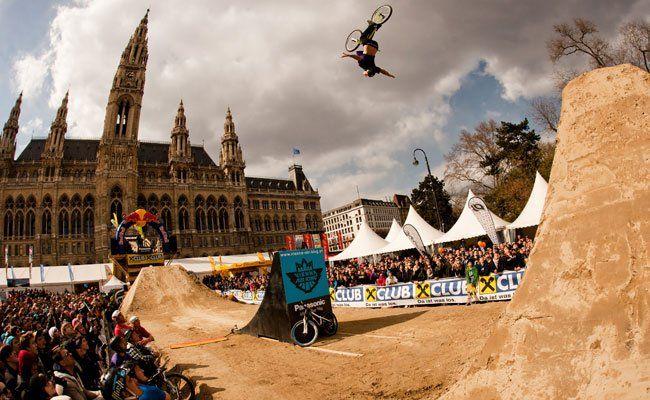 Waghalsige Stunts gibt es beim Bike Festival am Rathausplatz zu sehen.