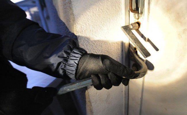 Einbrecher von Polizisten am Tatort überrascht.