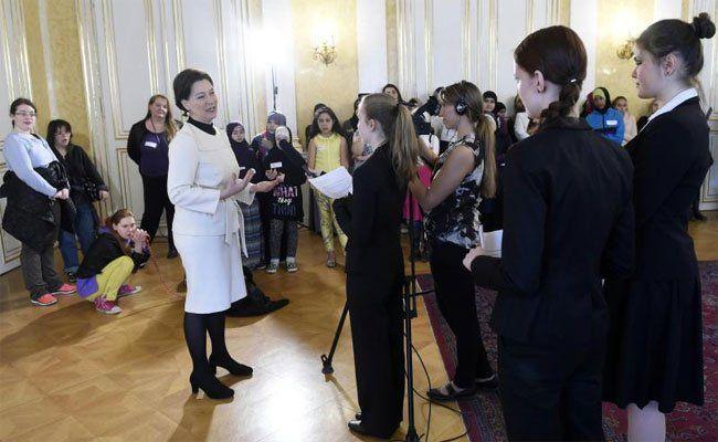 BM Gabriele Heinisch-Hosek im Rahmen des Girls' Day im Bildungs- und Frauenministerium.