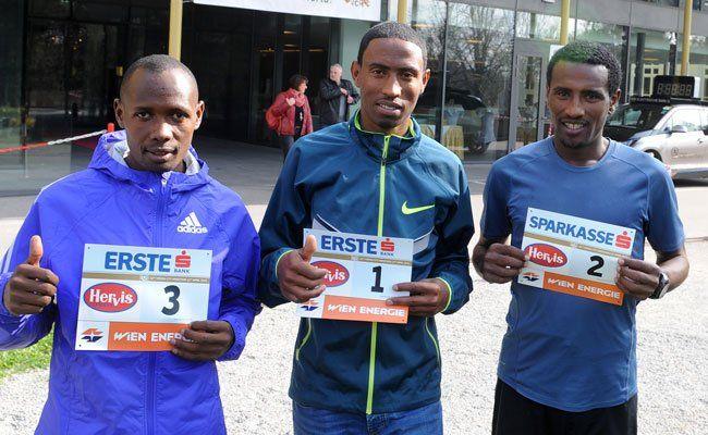 Duncan Koech, Getu Feleke und Sisay Lemma mit ihren Startnummern.