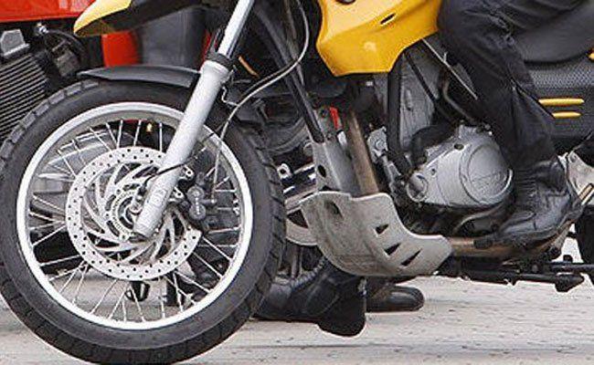 Der Motorradfahrer musste eine plötzliche Bremsung einlegen.