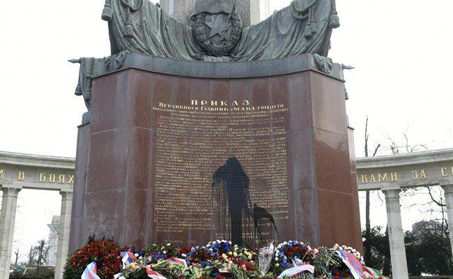 """Russendenkmal"" am Schwarzenbergplatz wurde unlängst noch mit Farbe beschmiert"