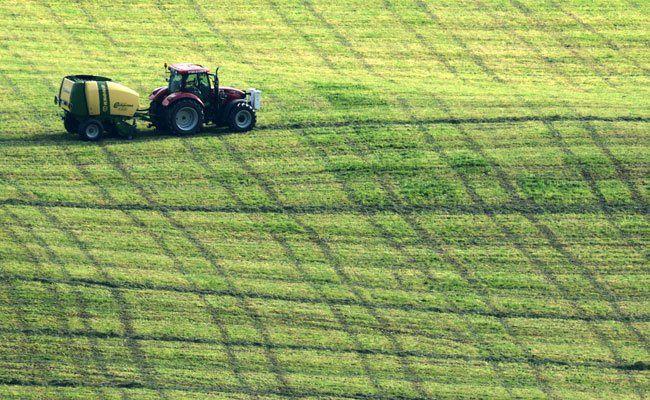 In Niederösterreich wurde ein 79-Jähriger bei einem Unfall mit einem Traktor schwer verletzt.
