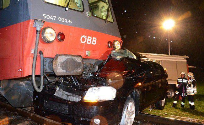 Zwei Personen wurden bei dem Unfall in NÖ schwer verletzt.
