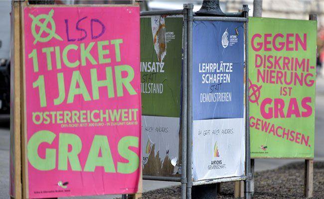 Wahlplakate zu den ÖH-Wahlen vor der Uni Wien.