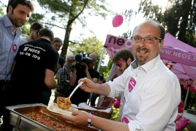 NEOS-Spitzenkandidat Uwe Trummer servierte zum Wahlkampfabschluss Chili con Carne.