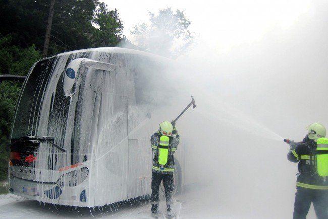 Bus fing auf A2 in NÖ auf dem Weg zum Song Contest Feuer