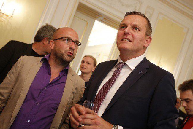 FPÖ-Spitzenkandidat Mario Kunasek (rechts) freut sich über die Hochrechnung bei der Steiermark-Wahl.