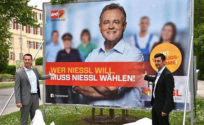 (v.l.) SPÖ-Landesgeschäftsführer Robert Hergovich und SPÖ-Klubobmann Christian Illedits präsentieren letzte SPÖ-Plakate