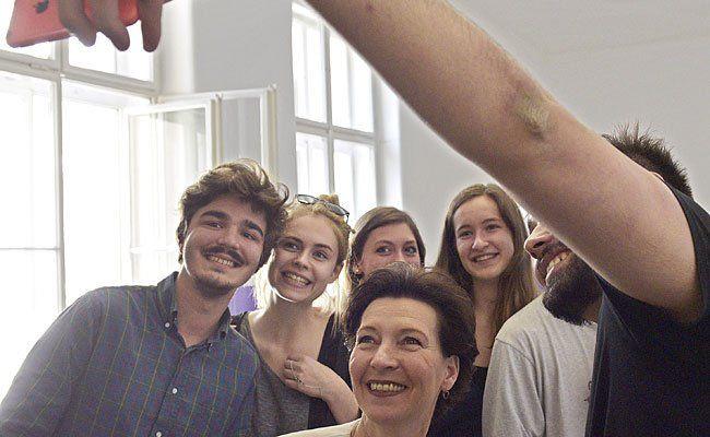 Unterrichtsministerin Gabriele Heinisch-Hosek posiert mit Schülern für ein Selfie