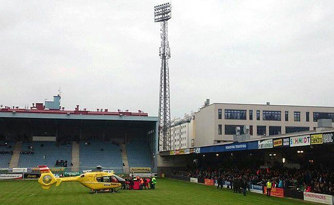 Ein Rettungshubschrauber und Einsatzkräfte der Berufsrettung Wien auf dem Spielfeld am Sportklubplatz