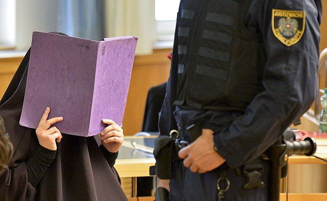 """Die 26-Jährige beim Prozess wegen mutmaßlicher Unterstützung der Terrororganisation """"Islamischer Staat"""" im Straflandesgericht Wien"""